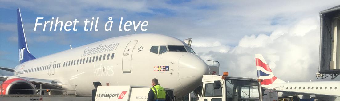 Bilde av et SAS-fly ved en gate på en flyplass. Bildet har påskriften «frihet til å leve».