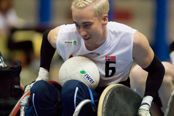 Bilde av armen til et barn som er i ferd med å plukke opp godteri fra et gulv. Bilde av en mann fra landslaget i rullestolrugby mens han spiller landslagskamp.