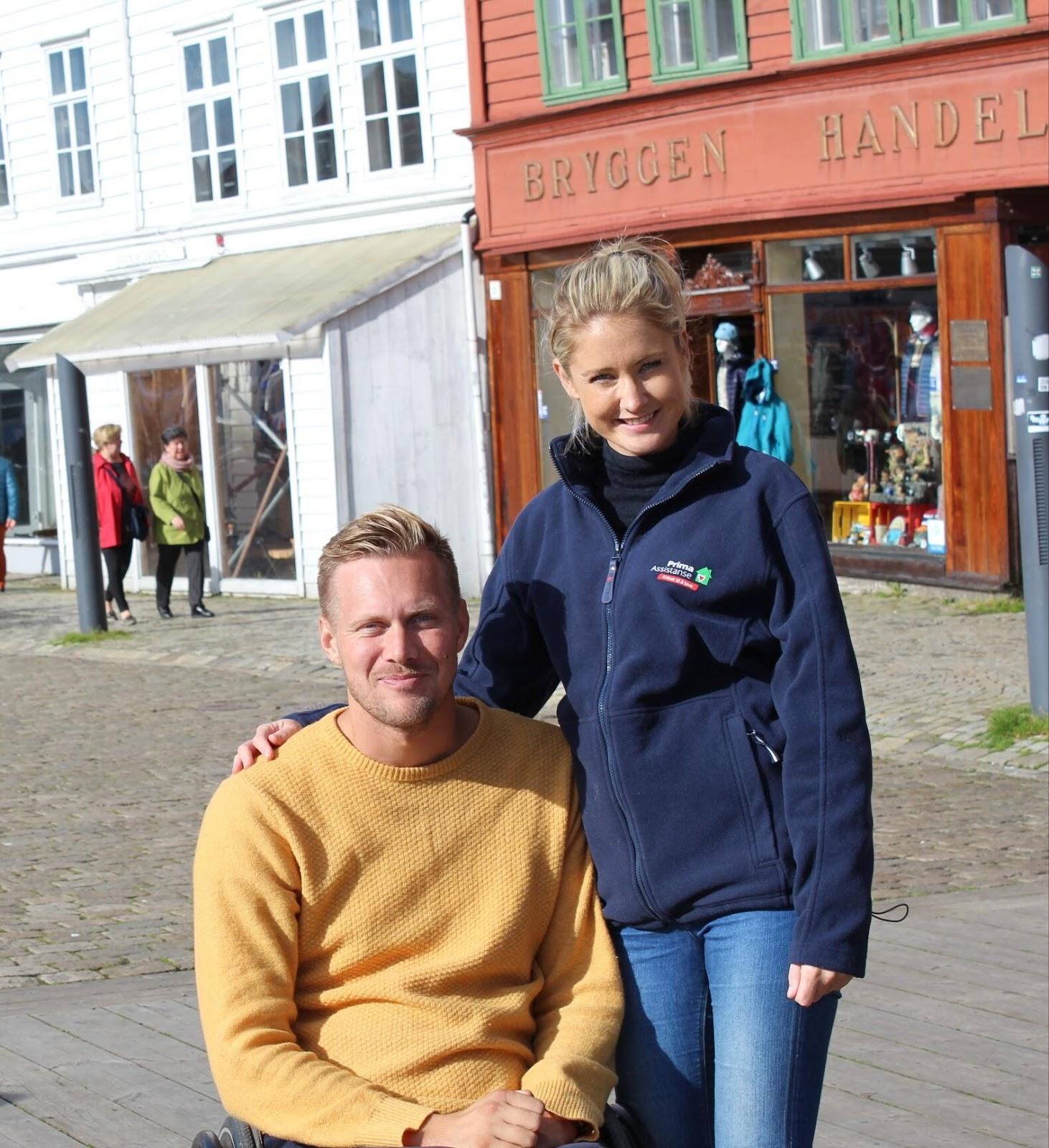 Bilde av BPA-konsulent Lars Ivar Eilerås sittende i rullestol og en assistent fra Prima Assistanse.
