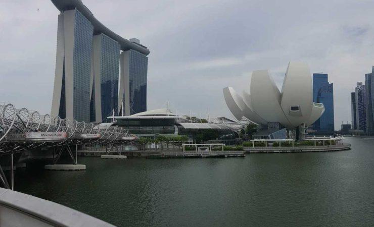 Bybilde av Singapore som viser ulike bygninger.