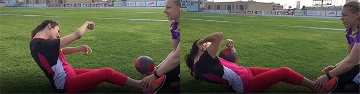 To bilder slått sammen som viser Marte Åsvang som utfører sit-ups på en gressbane. Hun får hjelp til å holde føttene fast av en annen kvinne.