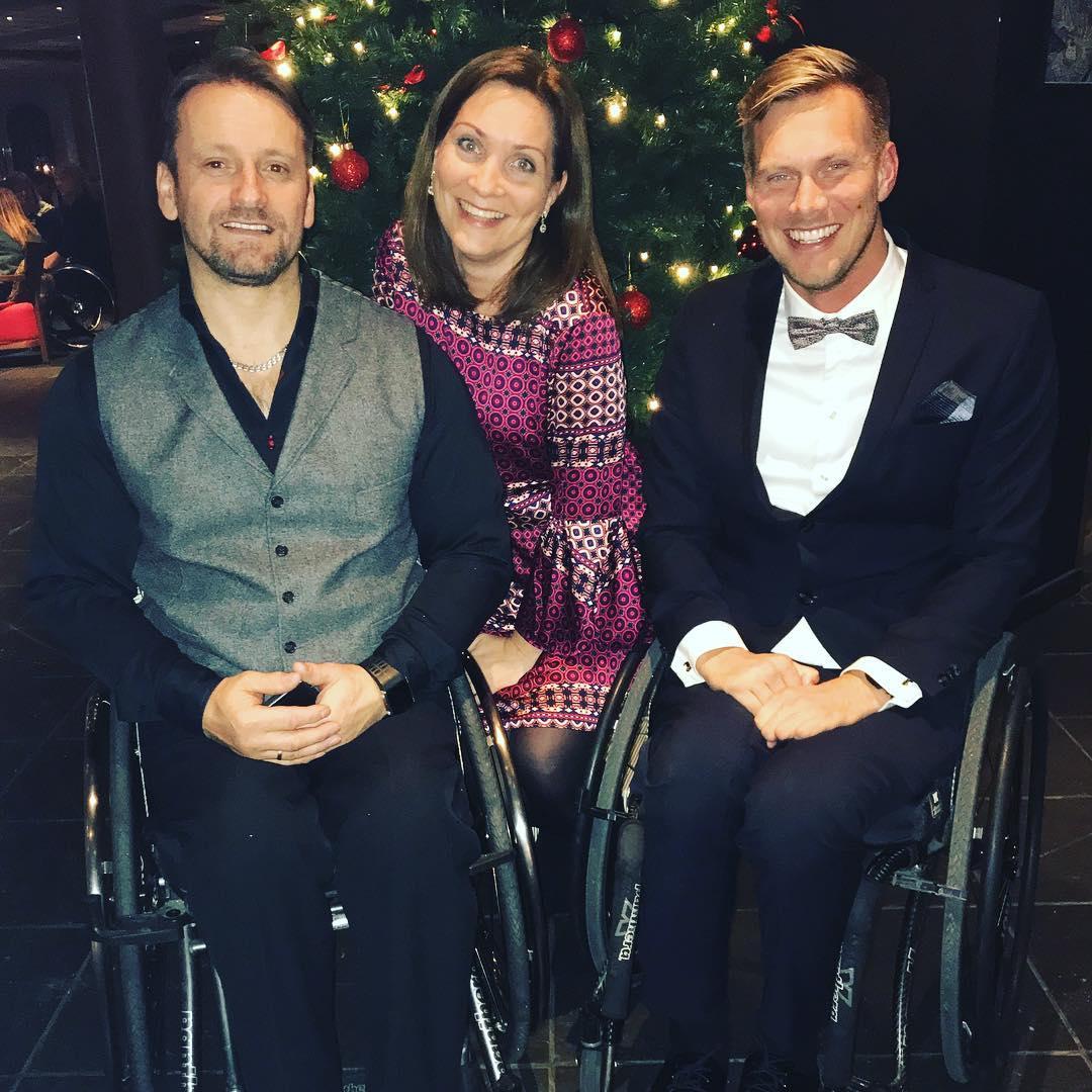 Bilde av Lars Ivar Eilerås sammen med en mann og en kvinne. De smiler alle mot kameraet og er festkledde. I bakgrunnen skimtes et juletre, og det ser ut til å være fra et julebord.